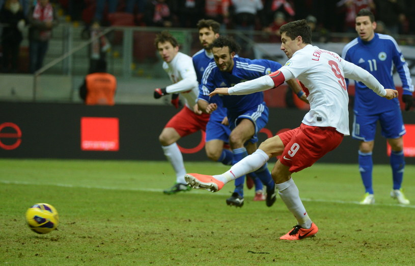 Robert Lewandowski zdobywa bramkę w meczu z San Marino /Bartłomiej Zborowski /PAP