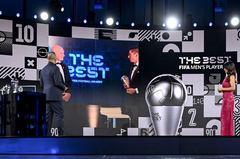 Robert Lewandowski został Piłkarzem Roku FIFA. Nagrodę wręczył mu Gianni Infantino /AFP