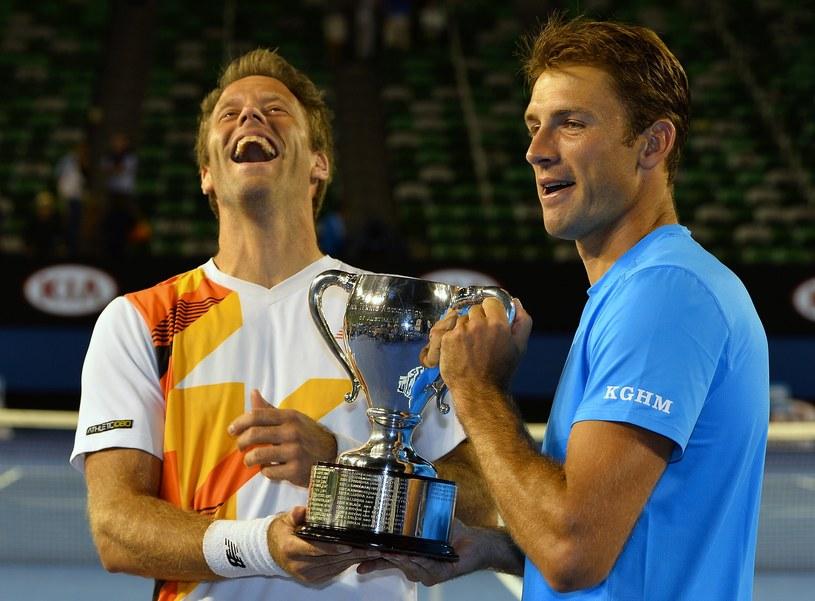 Robert Lindstedt (z lewej) i Łukasz Kubot z trofeum za wygranie debla w Australian Open /AFP