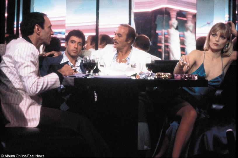 """Robert Loggia (C) z Alem Pacino (L) w filmie """"Człowiek z blizną"""" /East News"""