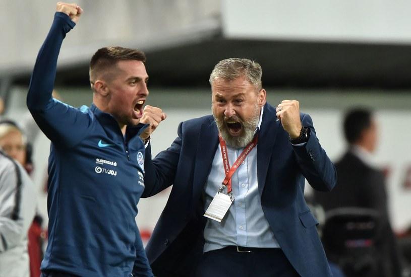 Robert Mak i trener Pavel Hapal cieszą się z wyjazdowego zwycięstwa Słowacji  nad Węgrami, w el. Euro 2020. /AFP