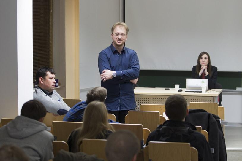 Robert Partyka (C) podczas spotkania. Konferencja prasowa oraz pierwsze spotkanie liderów projektu OpenPKW /Aleksander Koźmiński /PAP