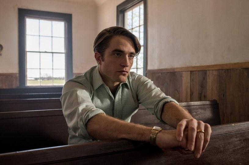 """Robert Pattinson w filmie """"Diabeł wcielony"""" /Netflix /materiały prasowe"""