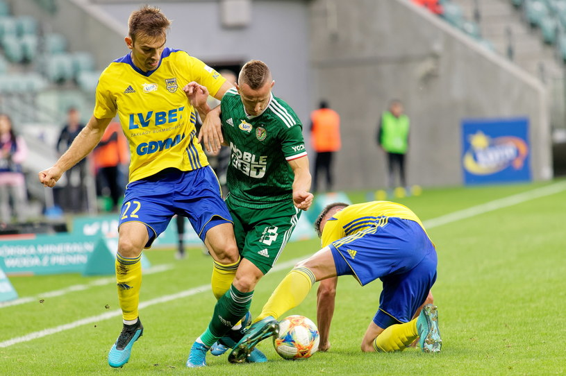 Robert Pich (w  środku) w pojedynku z zawodnikami Arki /Sebastian Borowski /PAP