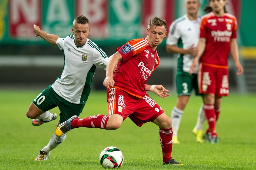 Robert Pich (z lewej) walczy o piłkę z Jakobem Ankersenem /PAP