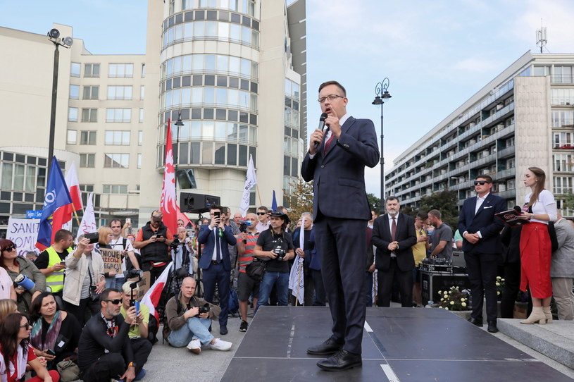 "Robert Winnicki podczas protestu ""Stop Segregacji Sanitarnej"" /PAP"