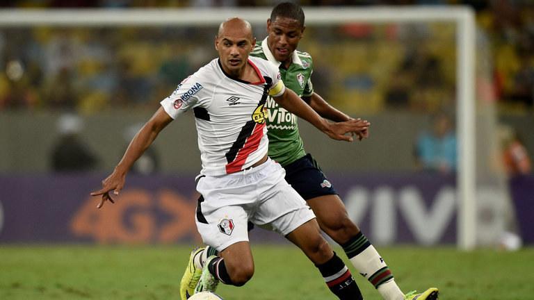 Robert (z tyłu) został nowym zawodnikiem Barcelony /AFP