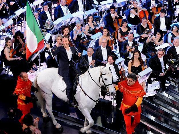Roberto Benigni wjechał do teatru Ariston na białym koniu /AFP