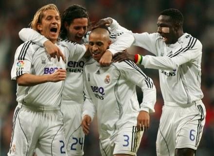 Roberto Carlos w objęciach kolegów z drużyny. Real-Athletic 2:1 /AFP