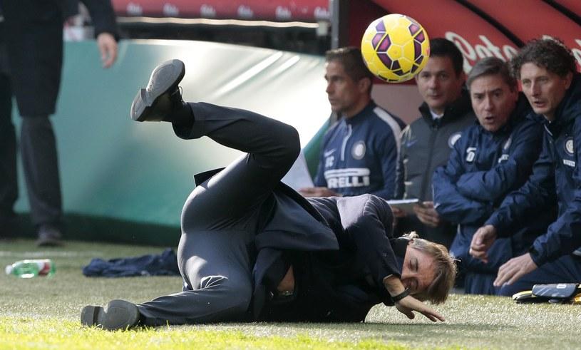 Roberto Mancini przypadkowo dostał piłką w twarz /AFP