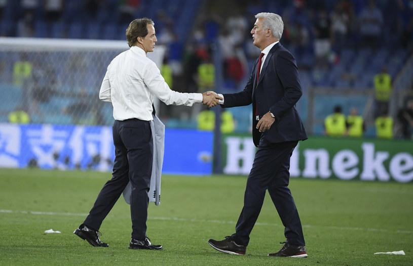 Roberto Mancini (z lewej) i Vladimir Petković po spotkaniu swoich drużyn wymienili tradycyjny uścisk dłoni /POOL EPA/Associated Press/East News /East News
