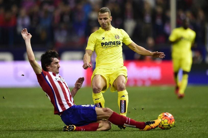 Roberto Soldado (w żółtym) walczy o piłkę ze Stefanem Saviciem /AFP