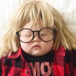 Robi córce zdjęcia, gdy mała śpi. Podbiła z nią Instagrama!