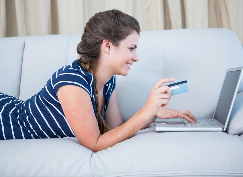Robiąc zakupy online sporo zaoszczędzisz /123RF/PICSEL