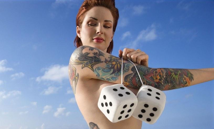 Robienie tatuaży to poważna gra. Lepiej dobrze przemyśleć wybór /123RF/PICSEL
