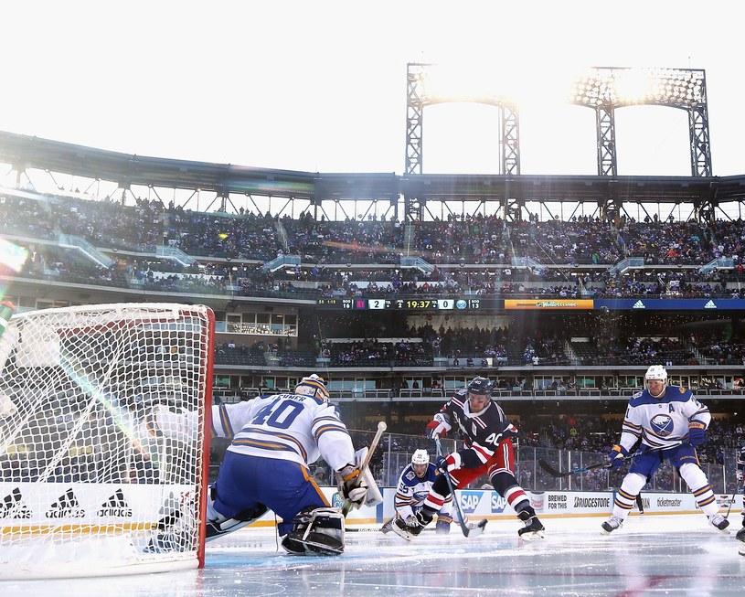 Robin Lehner z Buffalo Sabres broni strzał Michaela Grabnera z New York Rangers /AFP