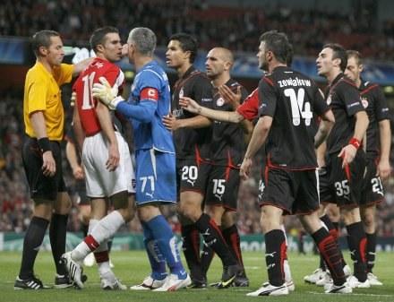 Robin Van Persie (w czerwonej koszulce), z numerem 14 Michał Żewłakow. /AFP