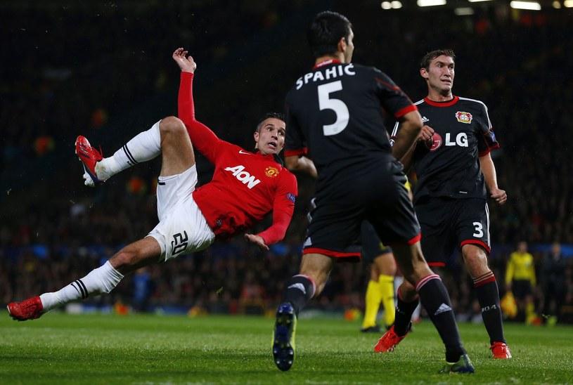 Robin Van Persie w ekwilibrystyczny sposób trafił do bramki Bayeru Leverkusen /AFP