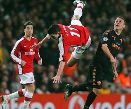 Robin van Persie (w locie) strzelił gola, który dał Arsenalowi zwycięstwo /AFP