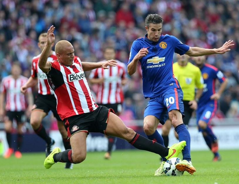 Robin van Persie (z prawej) walczy o piłkę z Wesem Brownem /AFP