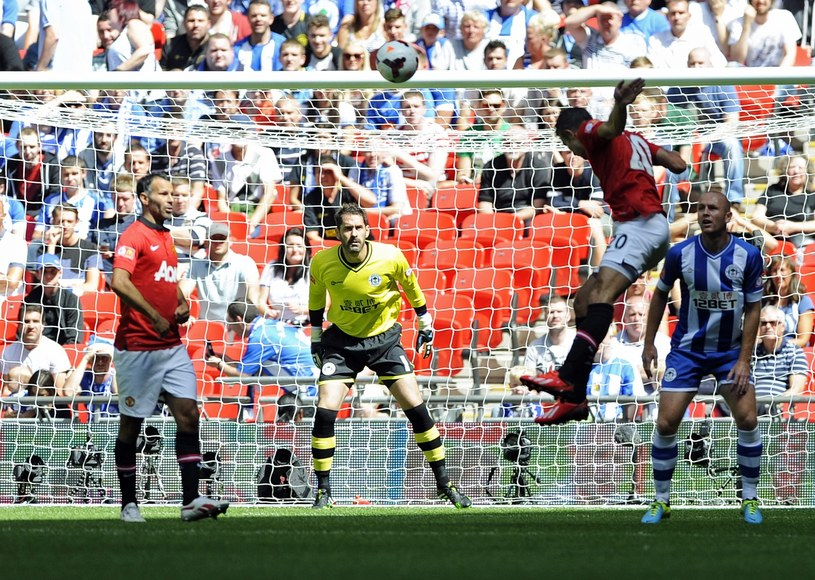 Robin Van Persie zdobywa głową pierwszą bramkę dla United /PAP/EPA
