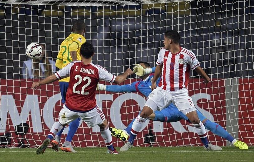 Robinho strzela gola dla Brazylii /AFP