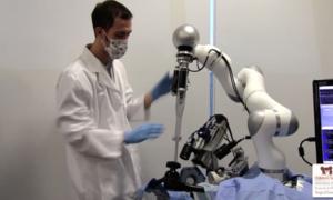 Robot przeprowadził pierwszą operację bez pomocy człowieka