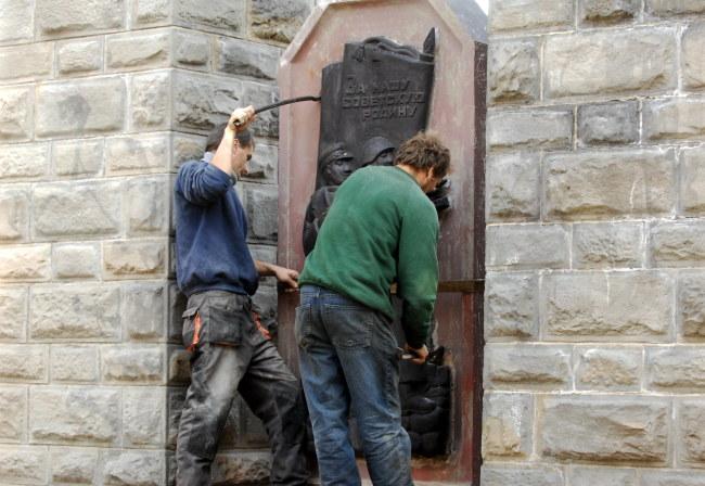 Robotnicy podczas częściowego demontażu nowosądeckiego pomnika /PAP/Grzegorz Momot /PAP