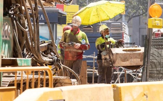Robotnicy w Barcelonie /MARTA PEREZ /PAP/EPA