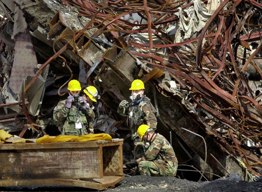 Robotnicy w strefie zero - wrzesień 2001 /PAP/ EPA PHOTO POOL AP/KATHY WILLENS /PAP/EPA