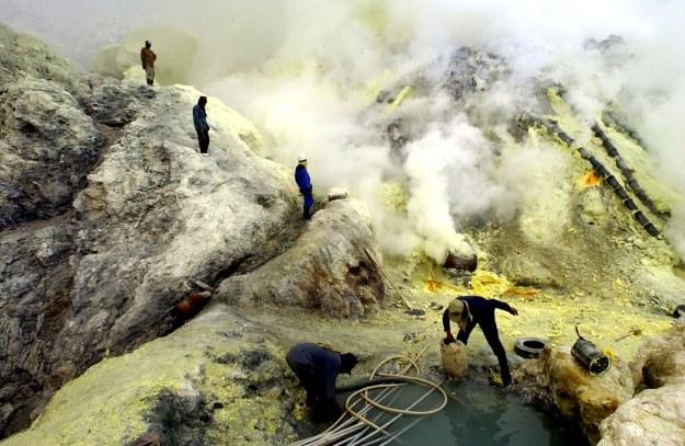 """Robotnicy wydobywający siarkę w Indonezji - czy będzie ona """"zbawieniem"""" dla wiecznie rozładowujących się telefonów. /AFP"""