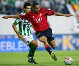 Rochat Valdo i Juan Guttierrez walczą o piłkę. Betis-Osasuna 2:1 /AFP