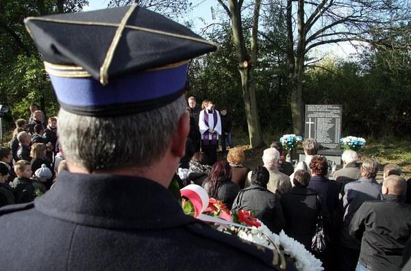 Pamiątkowa tablica z nazwiskami ofiar, odsłonięta w pierwszą rocznicę tragicznego wypadku w Nowym Mieście nad Pilicą, 12 bm. Rok temu, na drodze wojewódzkiej nr 707, w czołowym zderzeniu busa z ciężarówką zginęło tu 18 osób.
