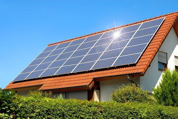Rodacy coraz częściej stawiają na energię słoneczną /©123RF/PICSEL