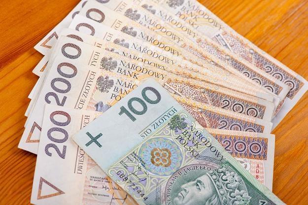 """Rodacy, strzeżcie się """"łatwych"""" pieniędzy! /©123RF/PICSEL"""
