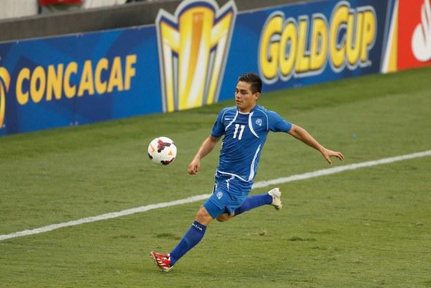 Rodolfo Zelaya z Salwadoru podczas meczu z Haiti na stadionie w Houston. /AFP