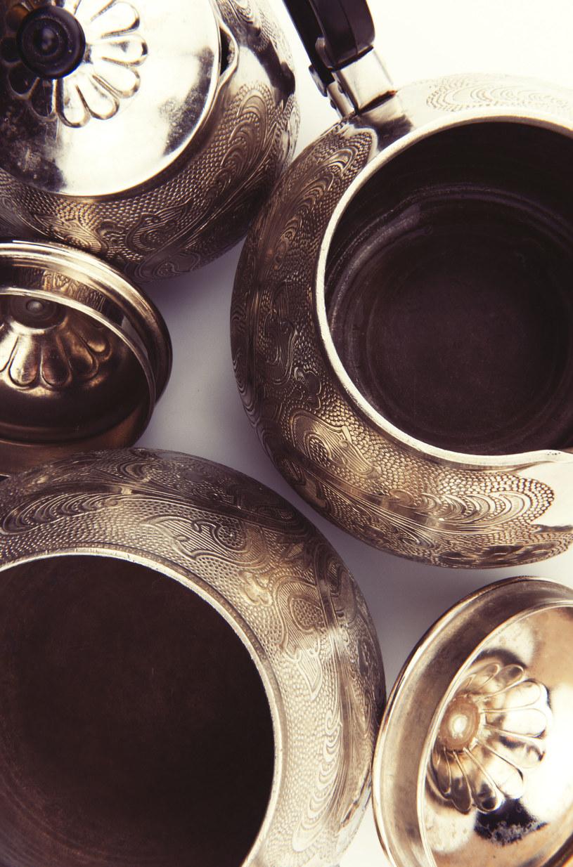 Rodowym srebrom możesz nadać połysk w łatwy sposób /123RF/PICSEL