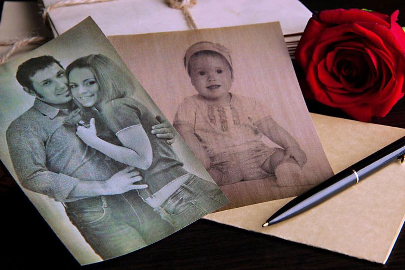 Rodzice byli ładną parą. Wpis na zdjęciu to ich wyznanie miłości. /123RF/PICSEL