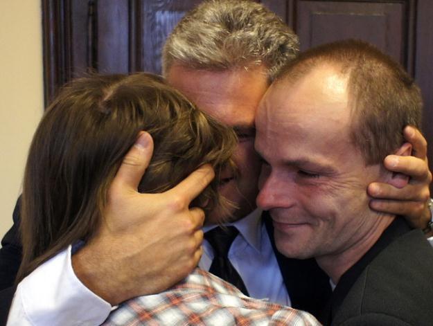 Rodzice chłopców cieszą się z orzeczenia sądu, fot. A Grygiel /PAP