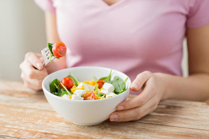 Rodzice coraz częściej decydują się na stosowanie diety opartej na produktach roślinnych także u dzieci, a nawet niemowląt. /123RF/PICSEL