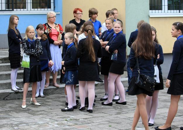 Rodzice i dzieci czekają na powtórny egzamin, fot. L. Muszyński /PAP