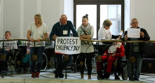 Rodzice i opiekunowie niepełnosprawnych dzieci podczas protestu w Sejmie /PAP/Tomasz Gzell /PAP