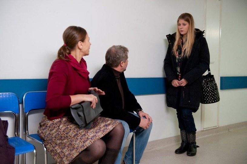 Rodzice Kariny są wdzięczni Oli za to, że odwiedza ich córkę w szpitalu. /TVN