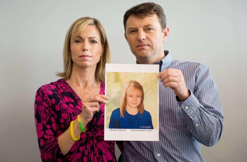 Rodzice Madeleine McCann ze zdjęciem zaginionej dziewczynki /AFP