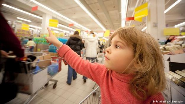 Rodzice marzą o spokojnych zakupach bez słodyczy przy kasach /Deutsche Welle