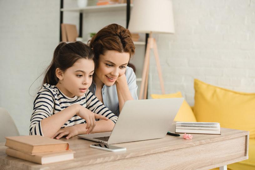 Rodzice mogą starać się o 300 zł świadczenia /123RF/PICSEL