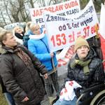 Rodzice niepełnosprawnych dzieci protestują przed KPRM