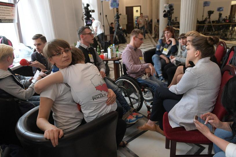 Rodzice osób niepełnosprawnych rozpoczęli protest stacjonarny w Sejmie / Marcin Obara  /PAP