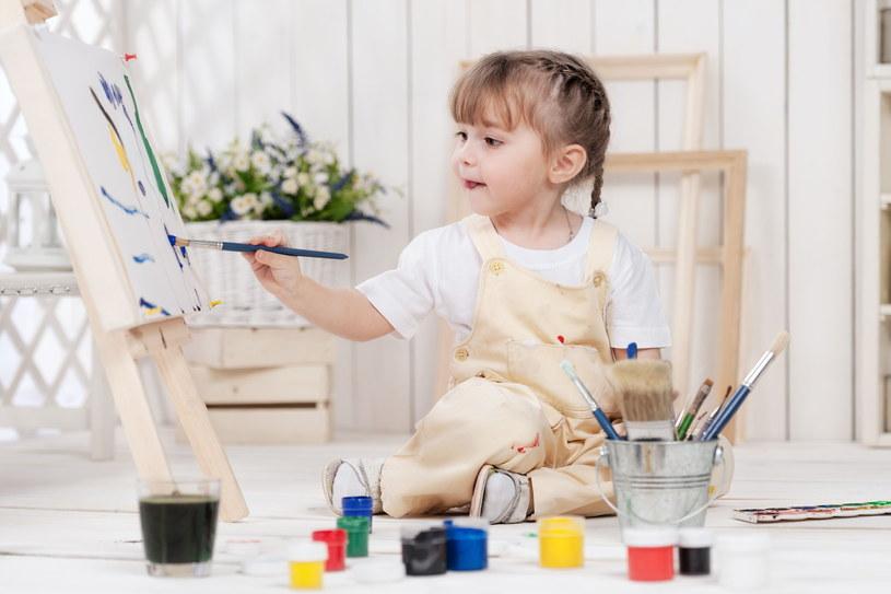 """""""Rodzice powinni zorganizować dziecku odpowiednie miejsce do pracy, w którym będzie ono mogło eksperymentować i tworzyć w nieskrępowany sposób"""" /123RF/PICSEL"""