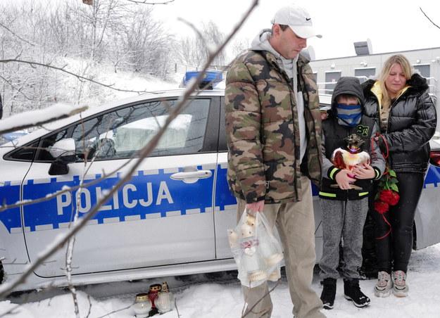 Rodzice tragicznie zmarłej Patrycji Pałoń Marzena i Grzegorz w miejscu, gdzie znaleziono ciało 13-letniej dziewczynki / Andrzej Grygiel    /PAP
